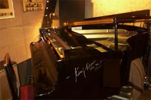 ケニー・ドリューのサイン入りピアノ